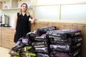 Hayvana Eziyet Tartışmasındaki Komşusundan Hakaret Davasından Kazandığı 600 Kilo Kedi-Köpek Mamasını Dağıttı