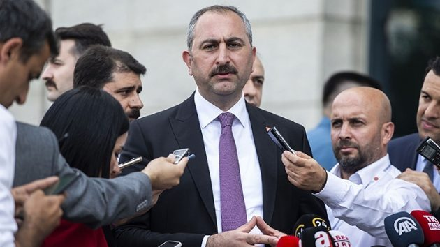 """Adalet Bakanı Gül'den AYM Üyesi Yıldırım'ın """"Işıklar yanıyor"""" Paylaşımına Tepki"""