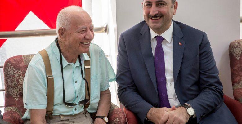 Adalet Bakanı Abdülhamit Gül, Huzurevi Sakinleriyle Bayramlaştı
