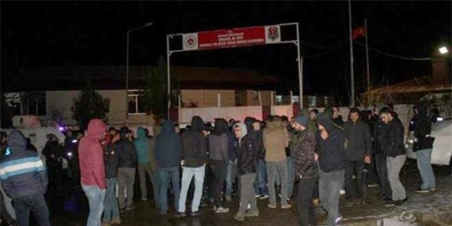 Bingöl'de Mahkum Yakınlarından Cezaevi Önündeki Protesto